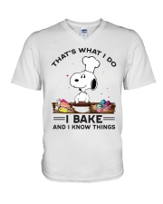 Snoopy that's what I do I bake and I know things v-neck